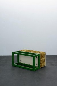 Gary Kuehn – Straw Piece, 1964, Holz, Stroh, Stahl, Lackfarbe, 50.8 x 74.93 x 99.06 cm © Häusler Contemporary