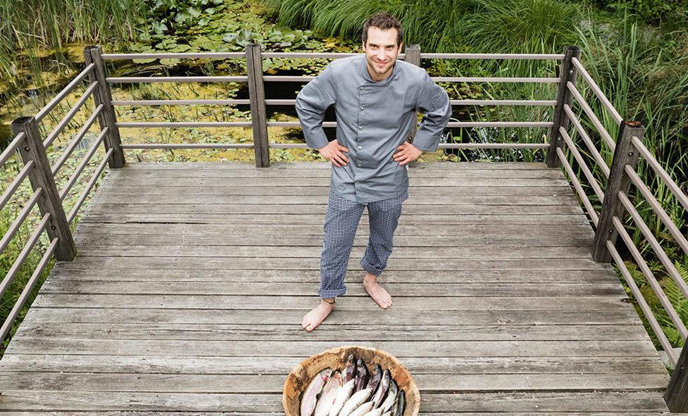 Koch mit frischem Fisch